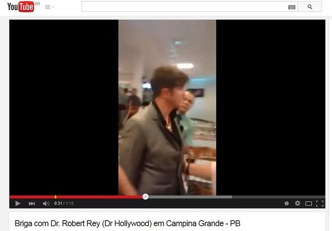 Vídeo mostra médico sendo afastado do local onde ocorreu a confusão (Foto: Reprodução)