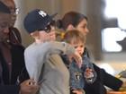 Scarlett Johansson viaja com a filha, Rose, 'disfarçada' com look masculino