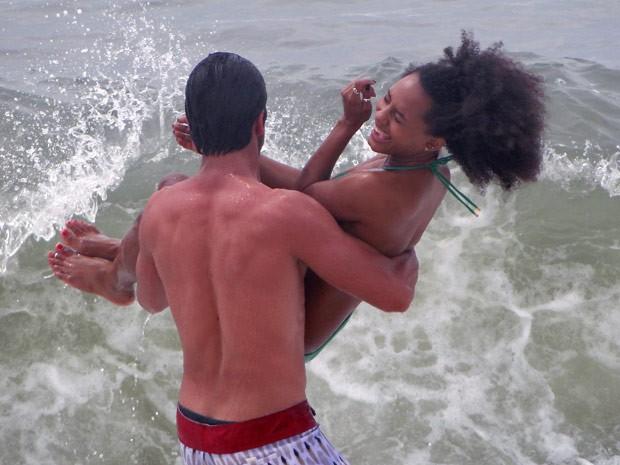 De repente, ele pega Jéssica Ellen e a leva pra água (Foto: Malhação / TV Globo)