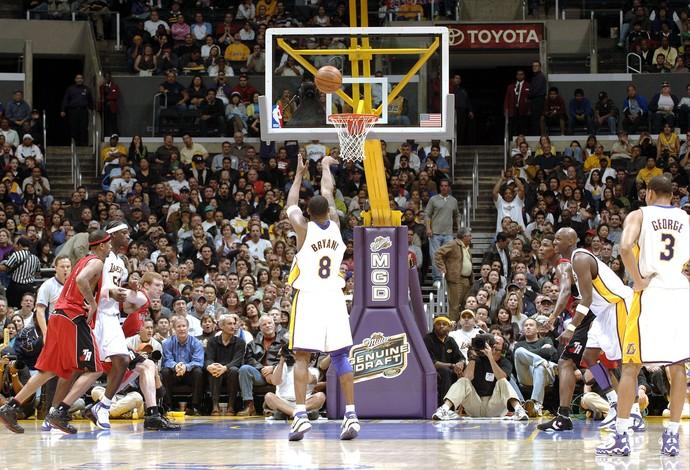 Kobe Bryant contra o Toronto em 2006 quando fez 81 pontos (Foto: Getty Images)