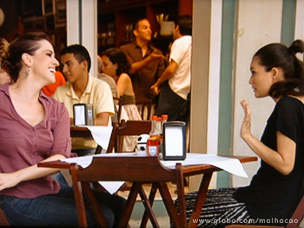 As duas amigas fofocam no Embaixada (Foto: Malhação / TV Globo)