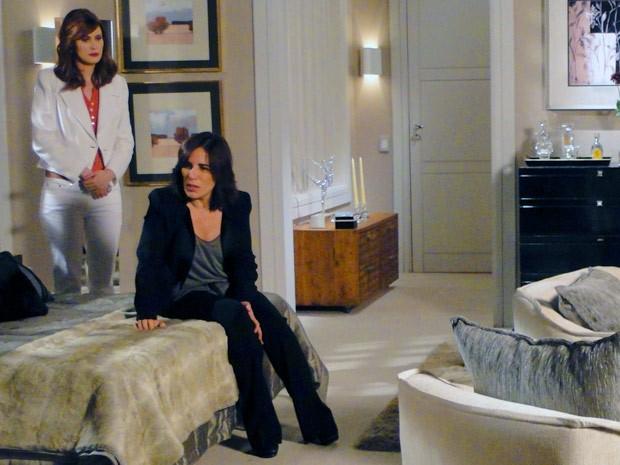 Roberta fica atônita ao ver cofre vazio (Foto: Guerra dos Sexos / TV Globo)