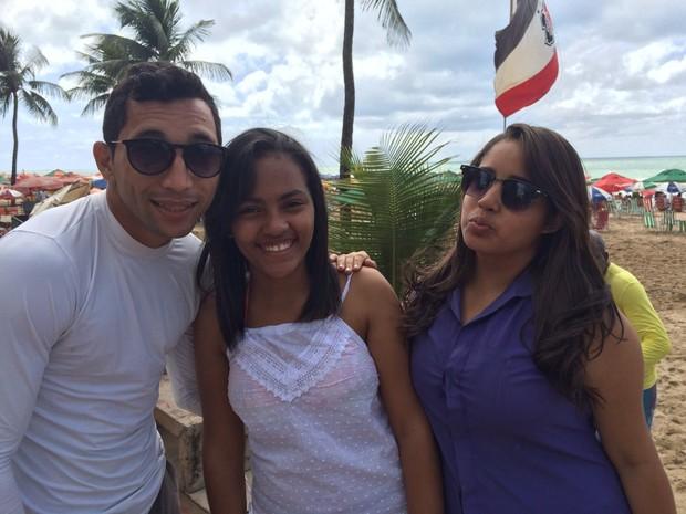 Suedson Francisco da Silva, de 22 anos, logístico, Williane Barros, 18, estudante, e Jessica Silva, 18, também estudante, resolveram de última hora curtir o feriado na praia (Foto: Thays Estarque/ G1)