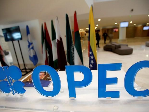 Logo da Opep durante reunião informal de membros da organização em Argel, capital da Argélia, nesta quarta-feira (28) (Foto: Reuters/Ramzi Boudina)
