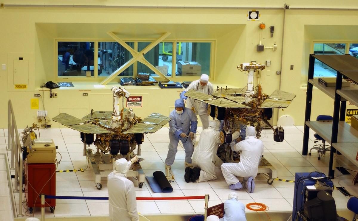 Pesquisadores dando os últimos ajustes nos dois rovers que foram enviados a Marte (Foto: Divulgação/Nasa)