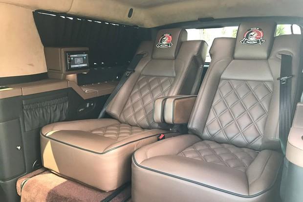 Cadillac inclui toques de limusine, tais como os bancos traseiros elétricos reclináveis e TV de 32 polegadas (Foto: Divulgação)
