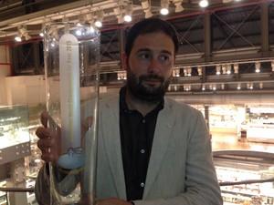 Riva Simonmattia mora em Bergamo e trabalha com pub que serve cervejas artesanais locais (Foto: Glauco Araújo/G1)