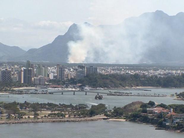 Fumaça de incêndio era vista de Vila Velha (Foto: Reprodução/ TV Gazeta)