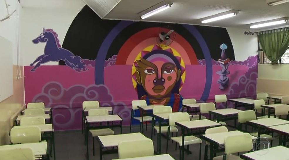Paredes de salas de aula foram grafitadas por artistas na Grande SP (Foto: Reprodução/TVGlobo)
