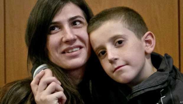 Erion foi devolvido à mãe nesta quinta, em Kosovo  (Foto: AP)