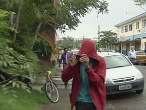 Quarto suspeito se apresentou na delegacia em Guarujá (Foto: Reprodução/TV Tribuna)