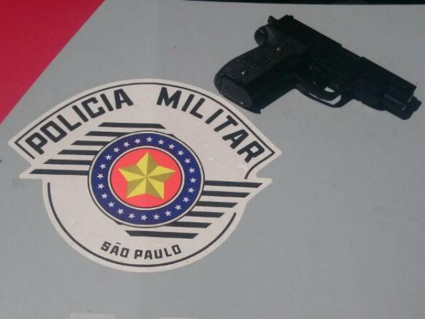 Réplica de arma apreendida pela Polícia Militar em Porto Feliz (Foto: PM/ Divulgação)
