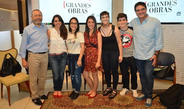 Sérgio Valente (à dir.), com booktubers e Matinas Suzuki (à esq.), da Cia. Das Letras (Foto: Globo/Kiko Cabral)