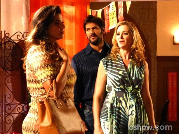 Maura ataca ao ouvir Cícera falar mal do seu latino (Foto: Malhação / TV Globo)
