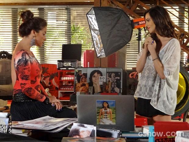 Clara e Marina conversam sobre a exposição e Luiza (Foto: Em Família/ TV Globo)