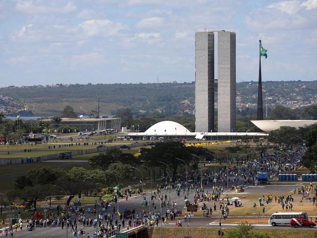 Manifestantes caminham em direção ao Congresso Nacional para protestar no dia em que a Câmara dos Deputados decide se aprova o processo de impeachment de Dilma Rousseff