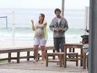 Prestes a dar à luz, Carolinie Figueredo passeia na praia
