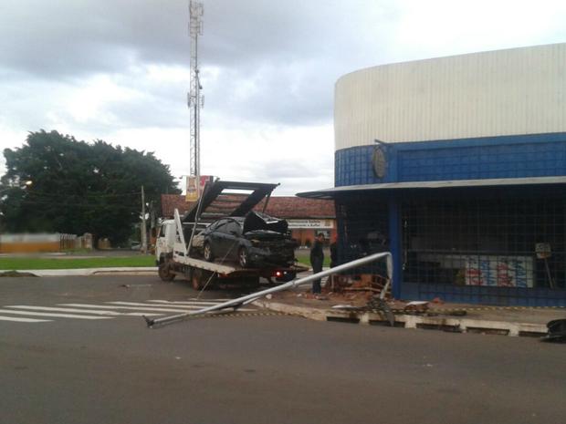 Acidente em cruzamento arranca semáforo e deixa feridos na capital de MS (Foto: Osvaldo Nóbrega/ TV Morena)