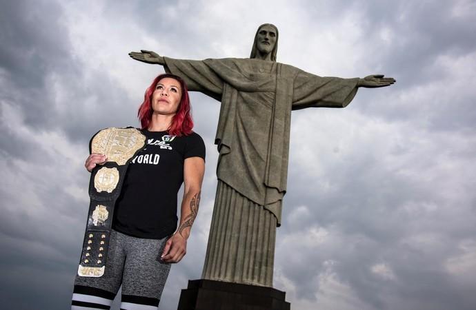Cris Cyborg visita Cristo Redentor UFC 1 (Foto: Alexandre Loureiro/Divulgação UFC  )
