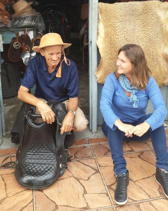 Sr. Hélio conversa conta um pouco da sua história para Anna Valéria (Foto: Divulgação)