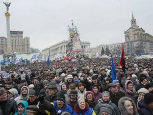 Manifestantes antigoverno na Praça da Independência, em Kiev, neste domingo (16), pouco antes de ser acordado que a prefeitura seria desocupada (Foto: Gleb Garanich/Reuters)
