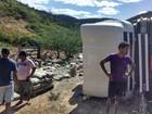 Carreta com cimento tomba no Ceará e tem parte da carga saqueada