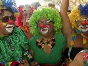 Foliões no Mercado (Foto: TV Verdes Mares/Reprodução)