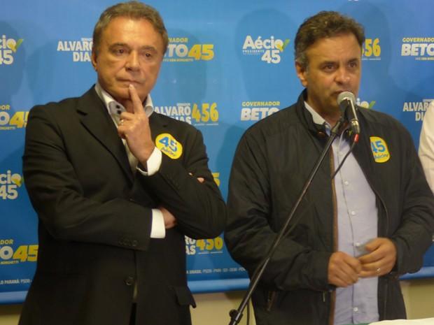Aécio Neves concede entrevista coletiva ao lado do senador Álvaro Dias (Foto: Fernando Castro / G1)
