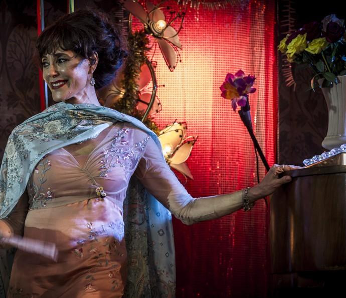 Iolanda aceita cantar no bar do Chico Criatura (Foto: Inácio Moraes/ Gshow)
