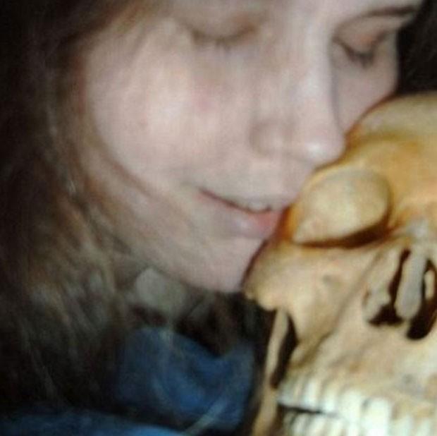 No ano passado, uma mulher de 37 anos foi presa na Suécia acusada de comprar e vender partes de esqueletos humanos e de usá-los para jogos sexuais (Foto: Reprodução)