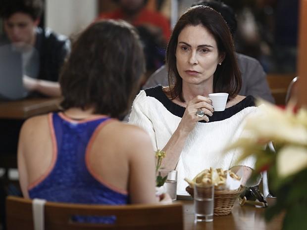 Úrsula não gosta de Laura e quer tirar a jornalista da revista (Foto: Fábio Rocha/Gshow)