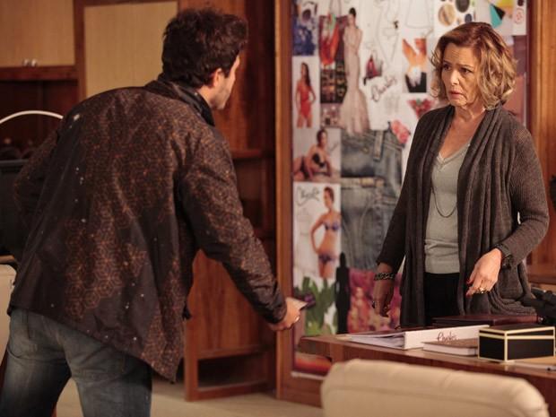 Zenon faz de tudo para convencer Charlô de suas boas intenções (Foto: Guerra dos Sexos / TV Globo)