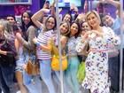 Com novo visual, Andressa Urach posa com fãs em evento em São Paulo