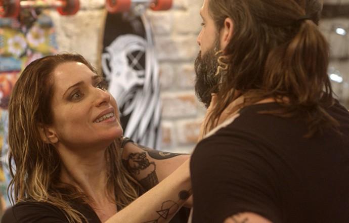 ... enquanto Lenita enrola Ralf (Foto: TV Globo)