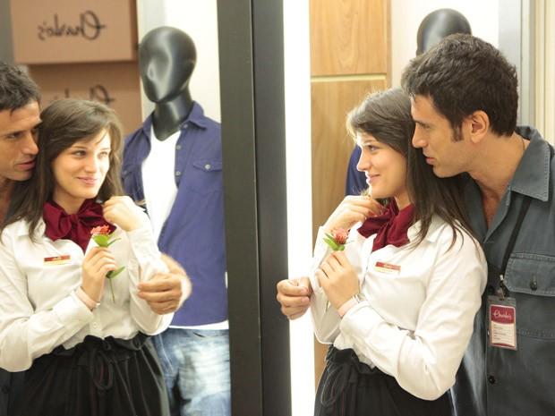 Carolina se faz de fofa na frente de Ulisses (Foto: Guerra dos Sexos / TV Globo)