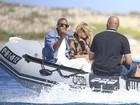 Com Beyoncé, Jay-Z se irrita com paparazzo e faz gesto obsceno