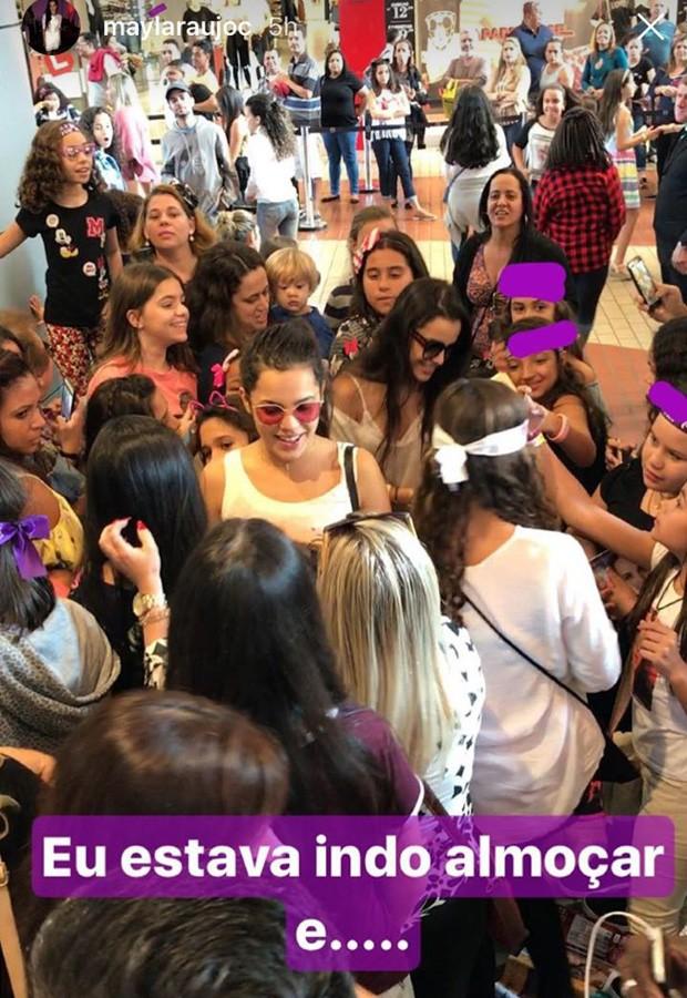 Mayla Araújo é cercada por fãs (Foto: Reprodução/Instagram)
