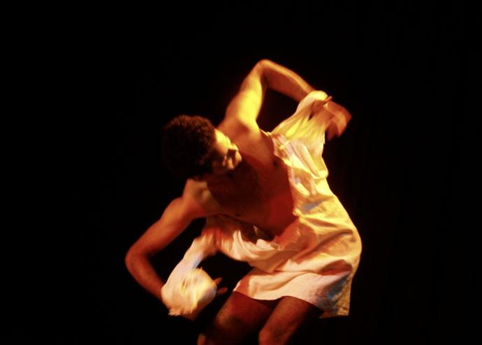 Idealizada e escrita pelo ator Igor Valentin, peça fala sobre cotidiano de jovem negro e gay em São Paulo