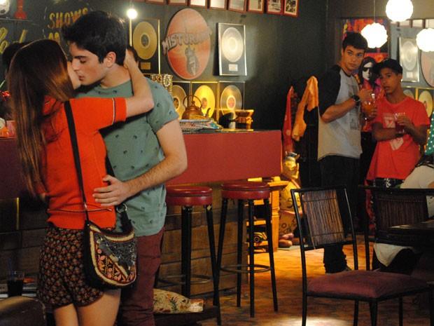 Rafa aproveita término de namoro de Morgana e Fera e beija a garota (Foto: Malhação / Tv Globo)