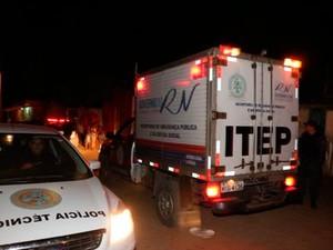 Corpos das vítimas, mortas dentro de suas casas, foram levados para o Instituto Técnico-Científco de Polícia (Itep) (Foto: Marcelino Neto/G1)