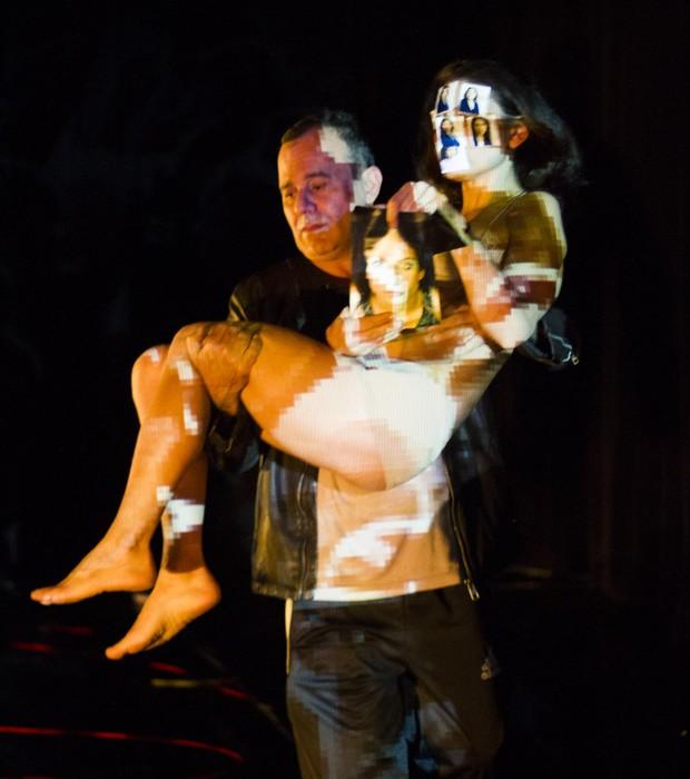 """Em """"Aparelhos de Superar Ausências"""", o coletivo Phila 7 convida a plateia a vivenciar a sensação de vazio (Foto: Ricardo Ferreira / Divulgação)"""