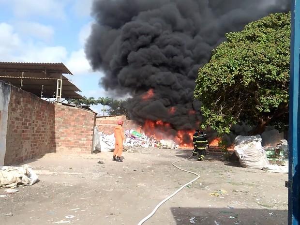 Bombeiros combateram chamas em depósito de recicláveis de Arapiraca (Foto: Eduardo Cardeal/96 FM Arapiraca)
