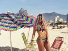 Karina Bacchi combina biquíni com guarda-sol (e, é claro, exibe tanquinho)