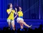 Integrantes do Fifth Harmony usam camisa do Brasil durante show