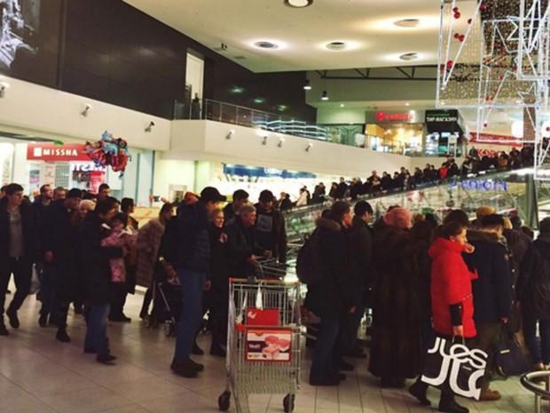 Pessoas são vistas saindo do shopping Gagarinsky, em Moscou, na noite de quinta (18) (Foto: Reprodução/Instagram/k_gladkaya)