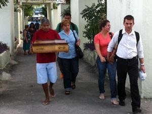 Bebê morto em hospital de São Gonçalo é enterrado nesta quinta-feira (28) (Foto: Rodrigo Vianna/G1)