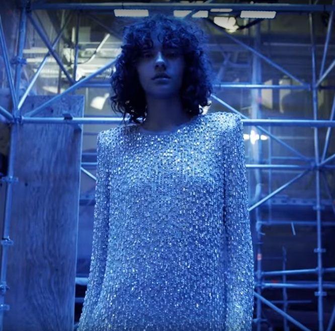 Fresh face brasileira Fernanda Oliveira estrela campanha em vídeo da Saint Laurent   (Foto: Divulgação)