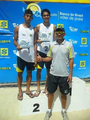 Dupla Eduardo e Sheldon na segunda colocação no ranking, com o treinador Nedson Brito (Foto: Arquivo Pessoal)