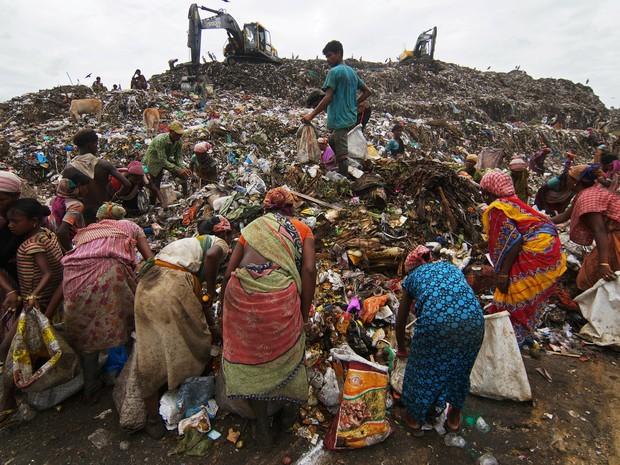 Catadores de lixo recolhem materiais recicláveis em um depósito em Guwahati, na Índia (Foto: Reuters)