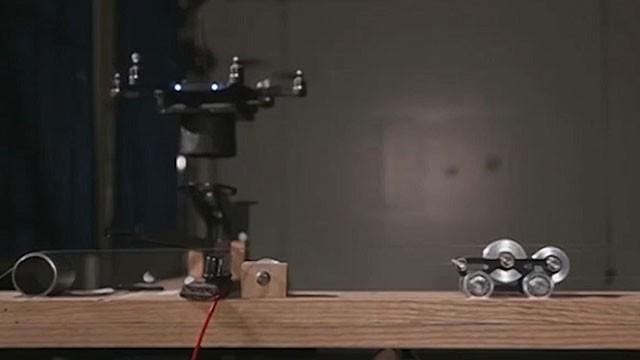 Cientistas criaram guitarra de uma corda para drone tocar  (Foto: BBC/Reprodução)